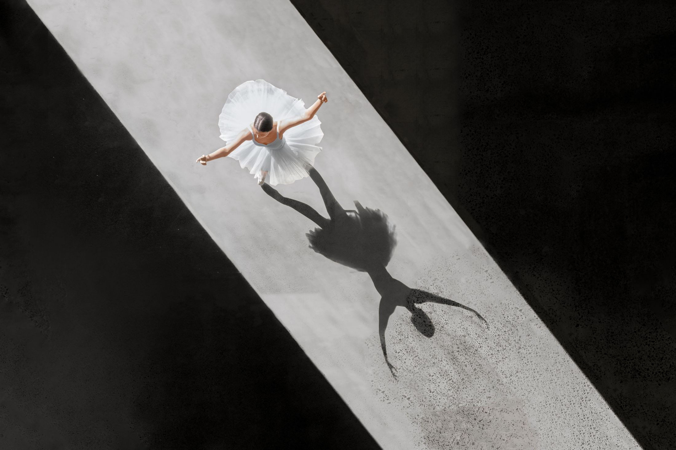 Ángulo cenital, fotografía aérea de una bailarina.