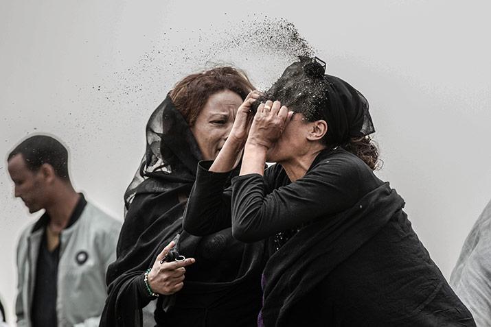 Una de las fotos finalistas del World Press Photo 2020 Barcelona que muestra una mujer laméntandose y vestida de luto.