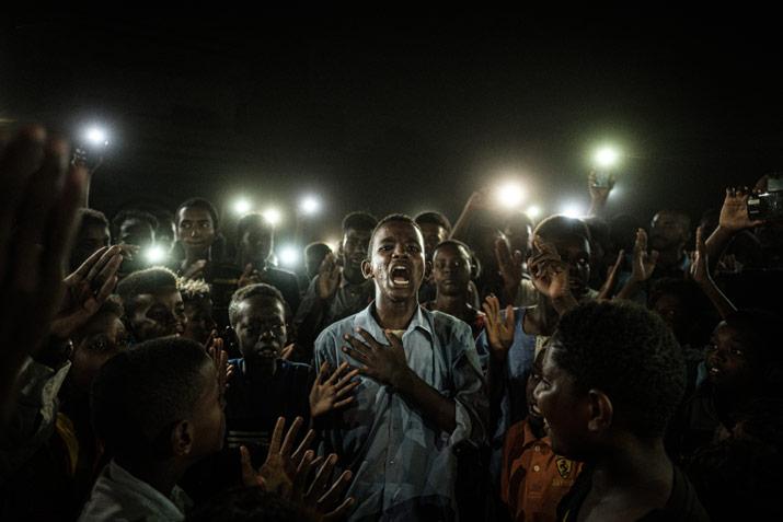Straight voice muestra un jóven protestando en Khartum durante un apagón. Fotografía ganadora del World Press Photo 2020 Barcelona.